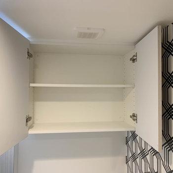 トイレの上部に棚があります。※写真は3階の同間取り別部屋のものです