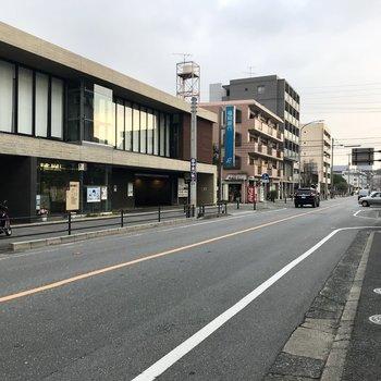 徒歩6分程度には「小笹」バス停。郵便局や銀行もあって暮らしやすそうです