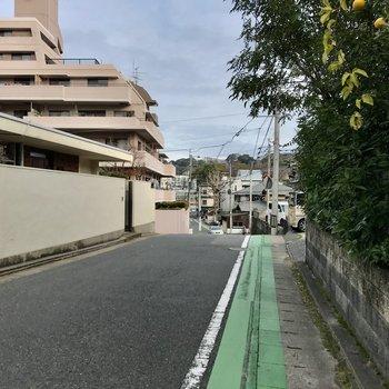 さらにバス停側も坂ですがここは自転車でも行けると思いますよ!