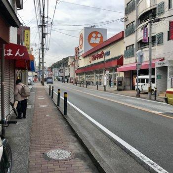 通りに出るとスーパーや八百屋さん、飲食店など。少し歩けばドラッグストア、24時間営業スーパーも!
