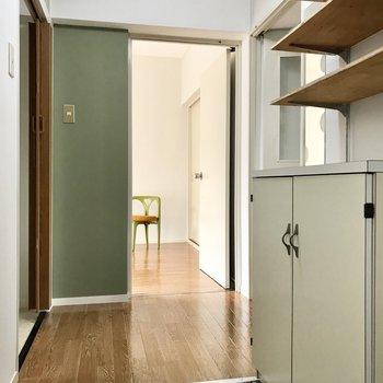 それでは一旦廊下へ。玄関入って 目の前が洋室。右がリビング。左がサニタリー