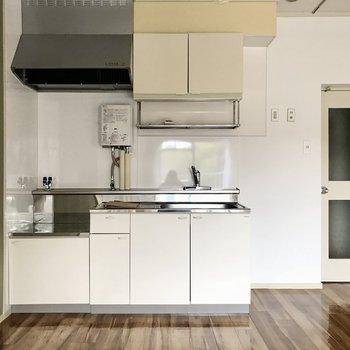 キッチンには懐かしい給湯器がついていました。これ、すごく好きです
