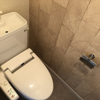 トイレはウォシュレットつき!(※写真は6階の同間取り別部屋、清掃前のものです)