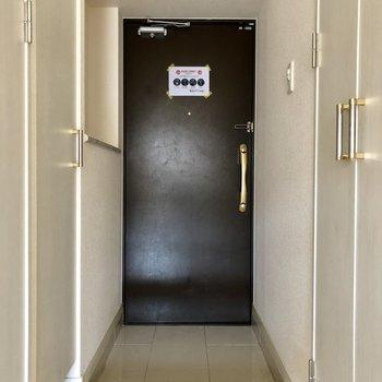 玄関から白タイルが続いて、清潔感と高級感UP。(※写真は6階の同間取り別部屋、清掃前のものです)