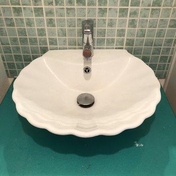 洗面もタイルおそろ。そして貝殻ボウル♡(※写真は6階の同間取り別部屋、清掃前のものです)