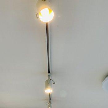 キッチン前天井のスポットライトが素敵