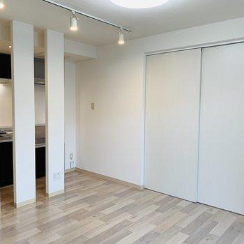 洋室との仕切り扉はシンプルにホワイト◎