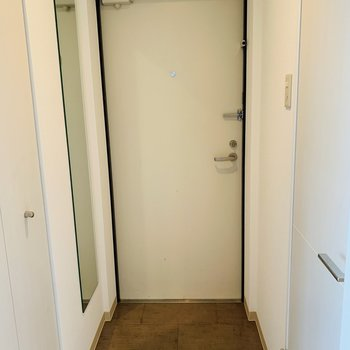 玄関には嬉しい姿見鏡!