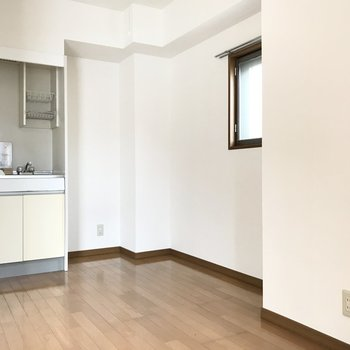 奥にはキッチン。冷蔵庫と、折りたたみのカフェテーブルもほしいかも◎