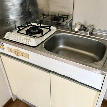 コンパクトキッチンなのでシンクの上から、キッチンワゴンを使ってうまくお料理を!