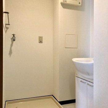 脱衣所には洗濯機置き場に独立洗面台
