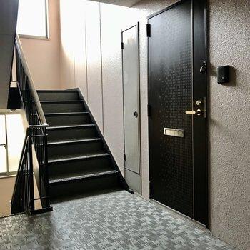 今回のお部屋は階段上がってすぐ、角部屋ですよ!