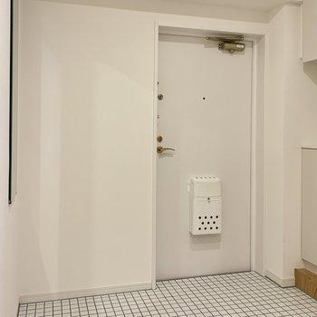 玄関は白いタイルで明るくお出迎え!