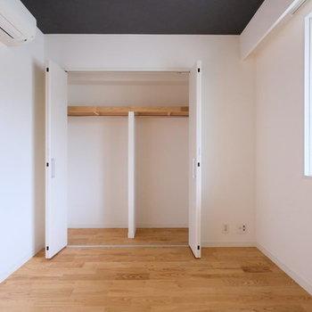 【イメージ】折れ戸タイプの収納のお部屋もあります。※天井は白になります。