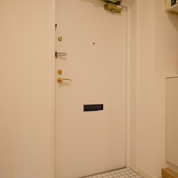 玄関は白いタイルでお出迎え!※完成間際