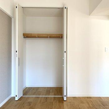 こちらは折れ戸タイプの収納。普段着の収納にピッタリ。