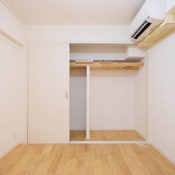 書斎横、6.4帖のお部屋も収納が大きく確保。