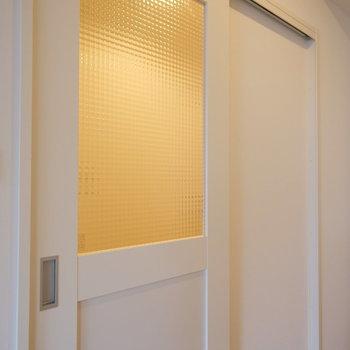 リビングと玄関廊下への扉はくもりガラスで温かい雰囲気◎