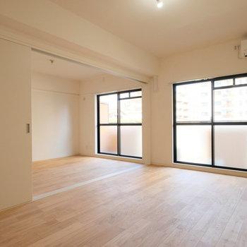 引き戸を開ければ、6帖の洋室をリビングと繋いで、とっても広く使えます!※前回募集時の写真です