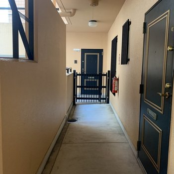 共用廊下、玄関前の様子
