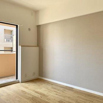 リビング隣の6.3帖の洋室はスモークグレーのアクセントクロスで自然と落ち着く雰囲気に。