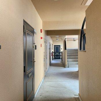 玄関前の共用部。ドアの縁取りが可愛らしい。