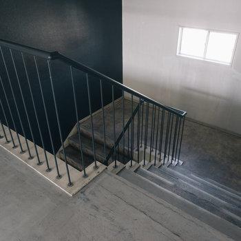 階段もコンクリの質感が良い味!