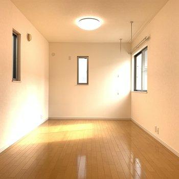 【洋12】窓がたくさんあって陽も入る洋室。ここをリビングにしてもいいかも。