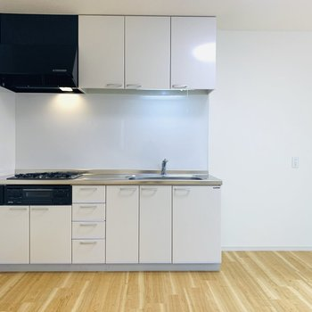 白が主の清潔感あふれるキッチン。