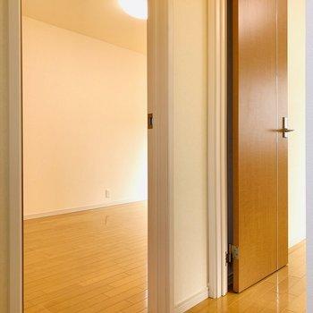 2つのお部屋が現れました。まずは大きいお部屋から。