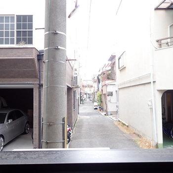 路地が見えます。人通りは多くなかったです。