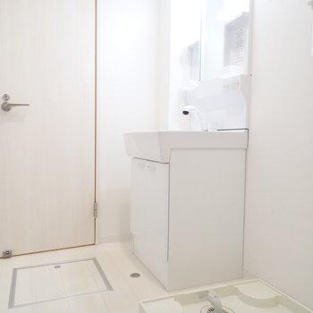 洗面台も洗濯機置き場も白!