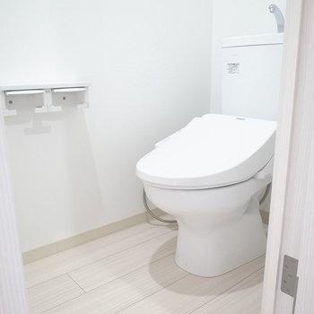 トイレは玄関すぐに。ちゃんと温水洗浄便座つきです。