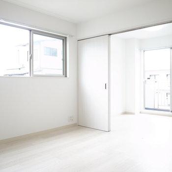 【LDK】洋室と分けるスライドドアを開くと、室内がより白く浮かび上がります。