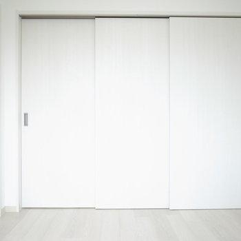【洋室】シングルベッドは問題ありませんが、ダブルは少し狭いかも…?