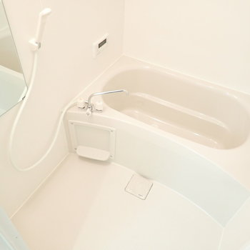 バスルームはシンプルな白。