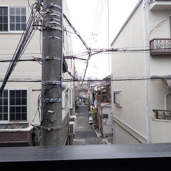 電信柱の存在感があります。