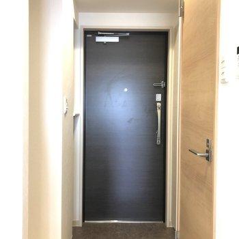 玄関の電気は自動、手動選べますよ!※写真は9階の反転間取り別部屋のものです。