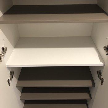 上段、下段、それぞれ8足ずつ収納できます!※写真は9階の反転間取り別部屋のものです。