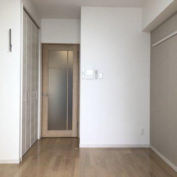 【洋室6帖】ニュアンスカラーの優しいお部屋※写真は9階の反転間取り別部屋のものです。
