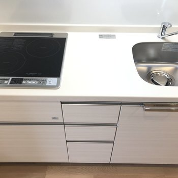 コンロ、キッチントップ、シンク、なかよく三等分されたキッチンは使いやすそう!※写真は9階の反転間取り別部屋のものです。