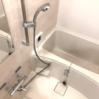 お風呂はシャワーヘッドが大きくてナイス!※写真は9階の反転間取り別部屋のものです。