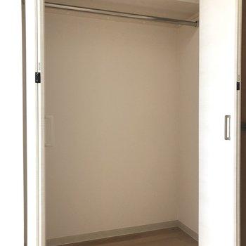 洋室のクローゼットももちろんナイス!※写真は9階の反転間取り別部屋のものです。