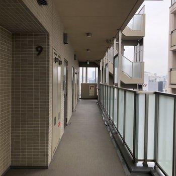 共用部の廊下も明るいですね。※写真は9階の反転間取り別部屋のものです。