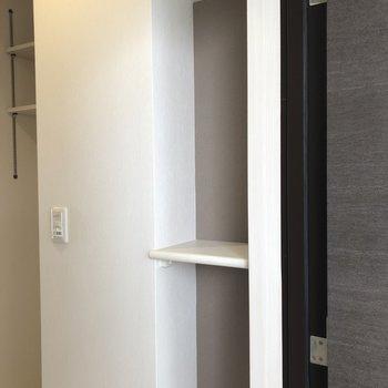 玄関にはニッチもナイス!※写真は9階の反転間取り別部屋のものです。