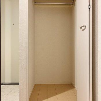 玄関横の収納にはアウトドア用品もしまっておけそうです
