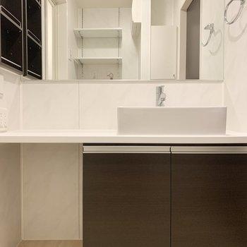 洗面台は大きめ、左のスペースに椅子を置いてドレッサーの完成