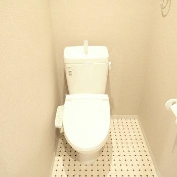 隅に寄ってるトイレ。なんだかかわいい