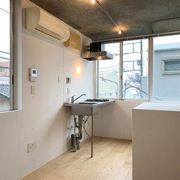 2面採光。キッチン右の窓が南向き。