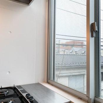 このスペースに幅の細いラックを置いて、お皿やコップの置き場を作るのも良いな。